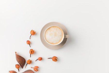Photo pour top view composition of coffee cup with beautiful flowers on white surface - image libre de droit