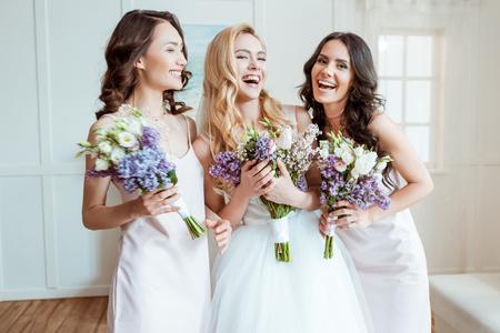 Foto de laughing bride with bridesmaids - Imagen libre de derechos