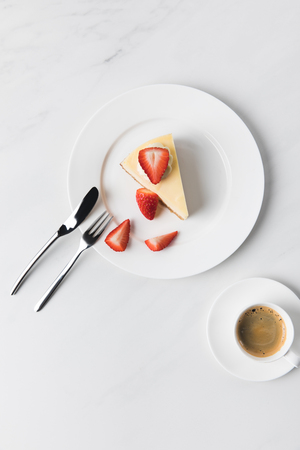 Photo pour coffee cup and plate with strawberry cheesecake - image libre de droit