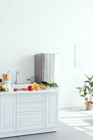 Photo pour interior of light modern kitchen with fruits and vegetables on kitchen counter - image libre de droit