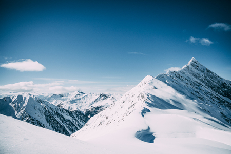 Foto de Beautiful snow-capped mountain peaks at sunny day in Mayrhofen, Austria - Imagen libre de derechos