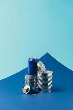 Photo pour close up view of arranged metal cans on blue background, recycle concept - image libre de droit