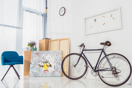 Photo pour Bicycle and blue chair in modern light room - image libre de droit