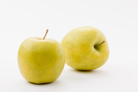 Foto de tasty golden delicious apples on white background - Imagen libre de derechos