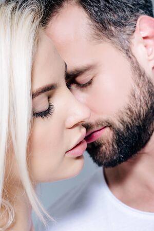 Photo pour beautiful young romantic couple with closed eyes - image libre de droit