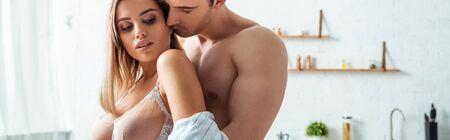 Photo pour panoramic shot of man kissing seductive woman with big breast - image libre de droit