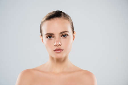 Photo pour naked young woman looking at camera isolated on gray - image libre de droit