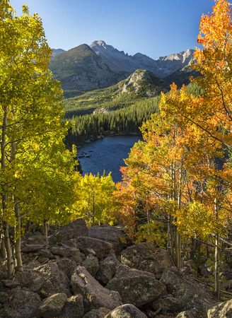 Photo pour Early Autumn color above Bear Lake with Longs Peak in the background in in Rocky Mountain National Park, Estes Park, Colorado. - image libre de droit