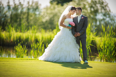 Photo pour Portrait of a young wedding couple on their wedding day - image libre de droit