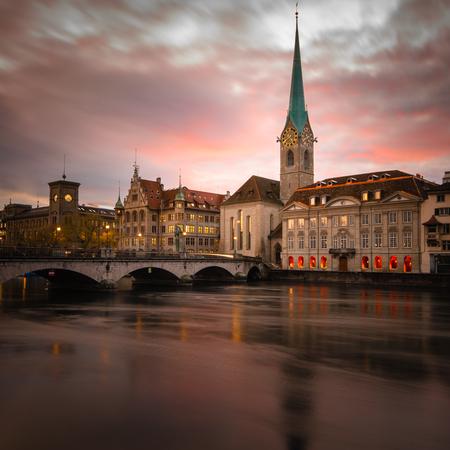 Photo pour Zurich, Switzerland - view of the old town with the Limmat river - image libre de droit