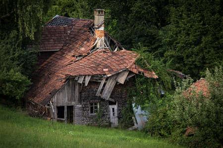 Foto de Splendid villa with lots of potential (a realtor would say) - House falling apart amid greenery - Imagen libre de derechos