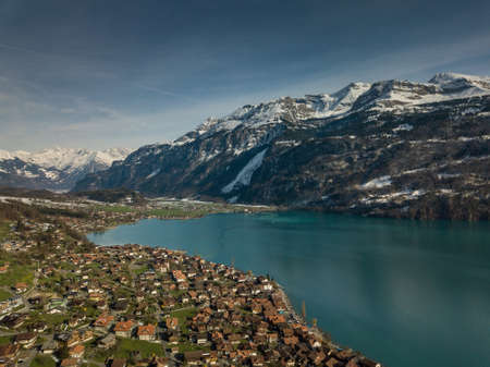Photo pour The crystal clear blue water of Lake Brienz in the Swiss Alps - Switzerland from above - image libre de droit