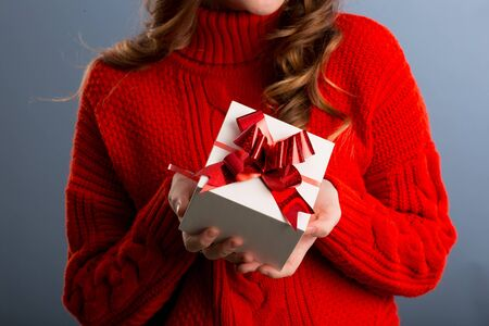 Foto de Close up view of hands are giving a beautiful gift box to you, female giving gift, presents and greeting season concept.. - Imagen libre de derechos