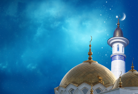 Photo pour Ramadan Kareem background.Crescent moon at a top of a mosque - image libre de droit