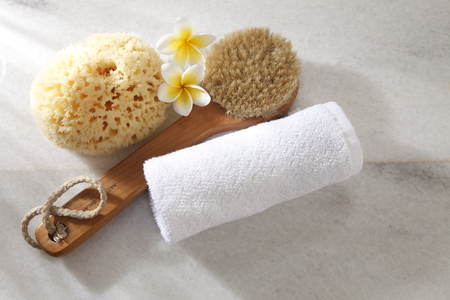 Photo pour top view of the sponge,brush,towel and flower - image libre de droit