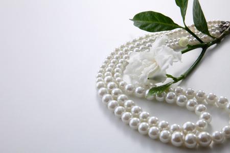 Photo pour jasmine flowers and pearl necklace - image libre de droit