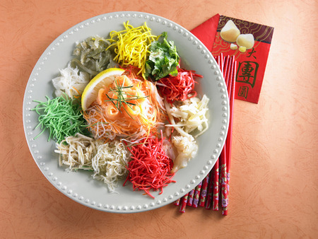 Photo pour yusheng ,chopstick and angpao - image libre de droit
