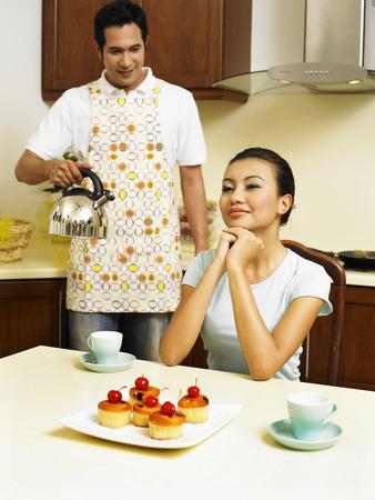 Photo pour couple making tea in the kitchen - image libre de droit