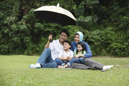 Photo pour man holding umbrella for his family - image libre de droit
