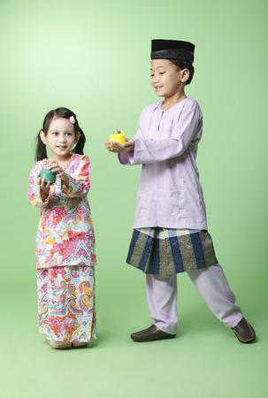 Photo pour brother and sister holding pelita - image libre de droit