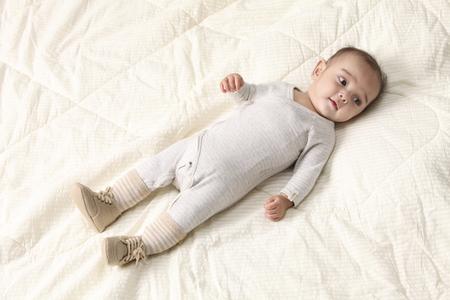 Foto de baby  laying on the bed - Imagen libre de derechos