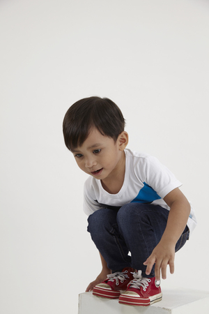 Photo pour malay boy squating on the box about to jump - image libre de droit