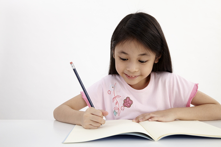 Foto de little girl writting doing homework - Imagen libre de derechos