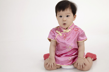 Photo pour chinese baby wearing cheomgsam sitting - image libre de droit