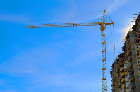 Photo pour Tower crane at the construction of high-rise building - image libre de droit