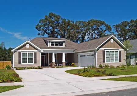 Photo pour Thomasville, Georgia, USA – September 29, 2009:  Single story home with garage and tan siding. - image libre de droit
