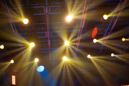 Photo pour rays of light illuminate the scene at the concert. - image libre de droit