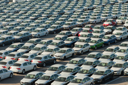 Photo pour Rows of new cars covered in white protective layer - image libre de droit