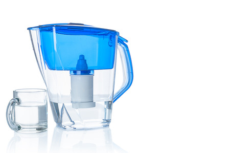 Photo pour Water filter pitcher and glass on white background - image libre de droit