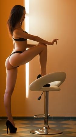 Photo pour Very sensual slender young brunette model in black lingerie. - image libre de droit