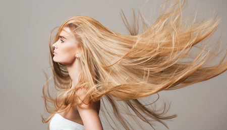 Foto de Portrait of a blond beauty with beautiful healthy long hair. - Imagen libre de derechos