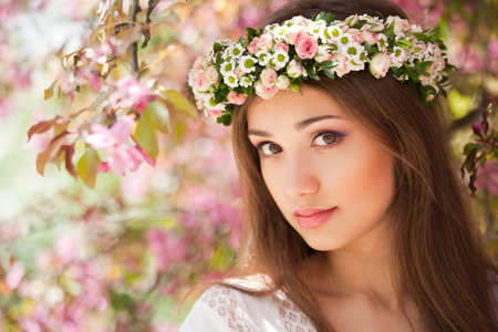 Photo pour Portrait of a gorgeous spring woman outdoors in nature. - image libre de droit