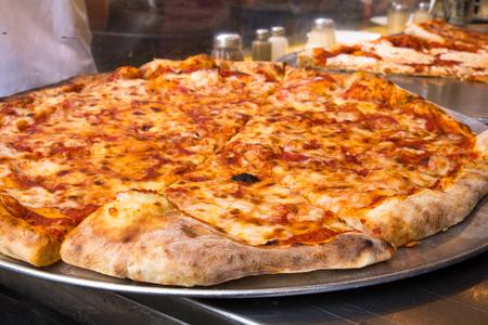 Foto de Authentic New York City Italian style pizzeria pizza pie - Imagen libre de derechos