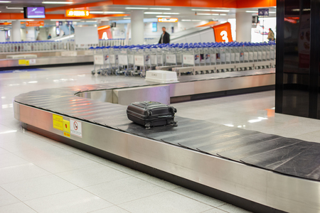 Photo pour Lost luggage at the airport. Baggage sorting - Luggage on conveyor belt at the airport. - image libre de droit