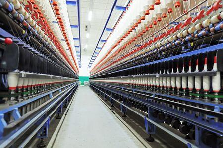 Photo pour spinning line in the factory - image libre de droit