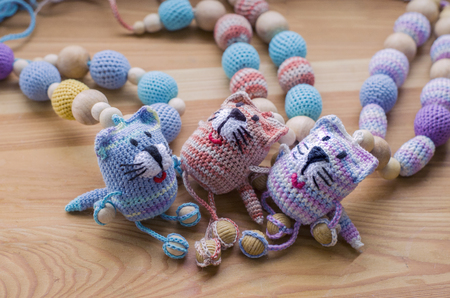 Photo pour Knitted pink striped handmade crafted cat. Children's toy. Crochet pattern. Handicraft manufacturing. - image libre de droit