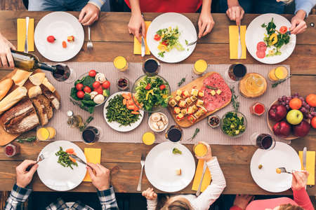 Photo pour Family sitting at home, eating dinner together - image libre de droit