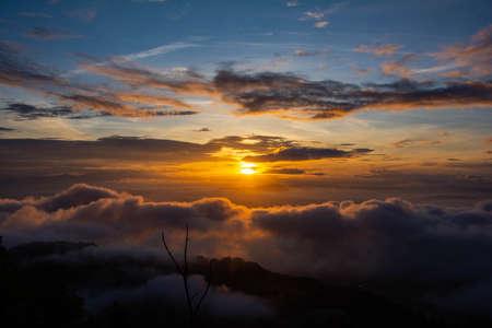Photo pour A break of dawn, as sun rises on a new day - image libre de droit