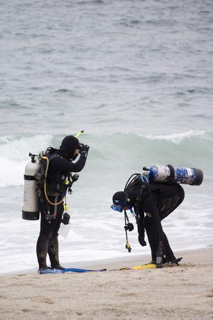 Photo pour Scuba Divers checking their dive gears - image libre de droit