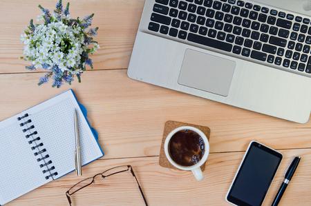 Photo pour Cup of coffee on the desktop. Business concept - image libre de droit