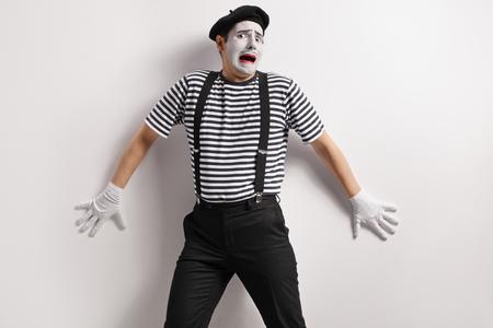 Foto de Terrified mime against a wall - Imagen libre de derechos