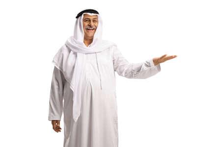 Photo pour Mature muslim man in white dishdasha gesturing with hand - image libre de droit