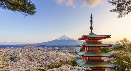 Photo pour Mt. Fuji with Chureito Pagoda in Spring, Fujiyoshida, Japan - image libre de droit