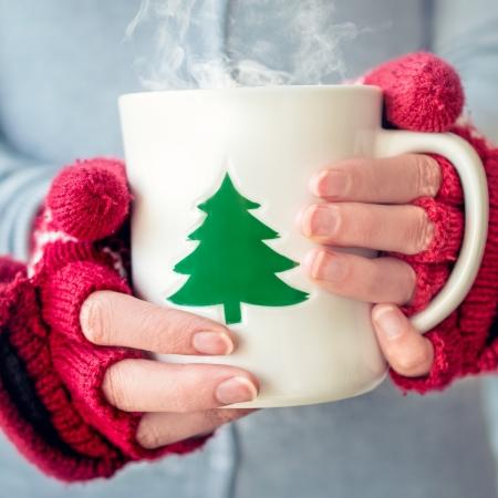 Photo pour Woman holding tea cup - image libre de droit