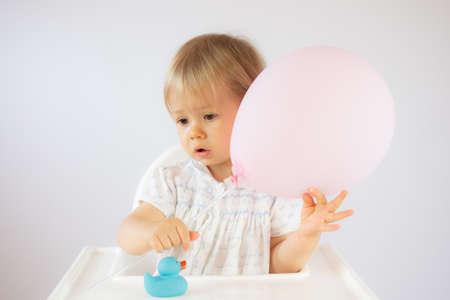 Foto de Blond baby playing with a balloon - Imagen libre de derechos