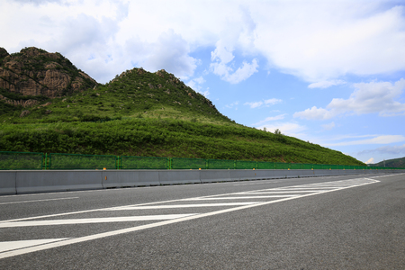 Photo pour Highway, under the background of blue sky and white clouds - image libre de droit